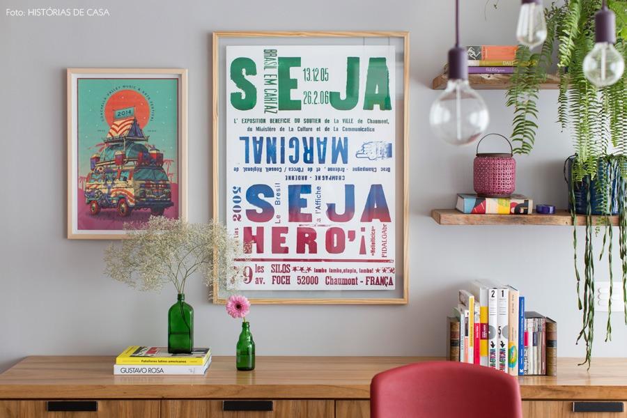 06-decoracao-parede-cinza-quadros-madeira