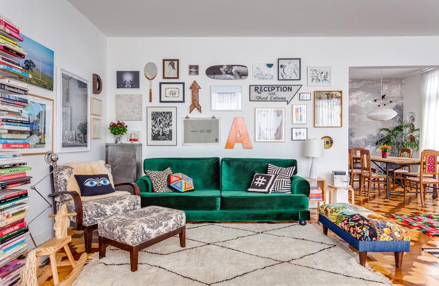 01-decoracao-sala-sofa-colorido-verde-quadros