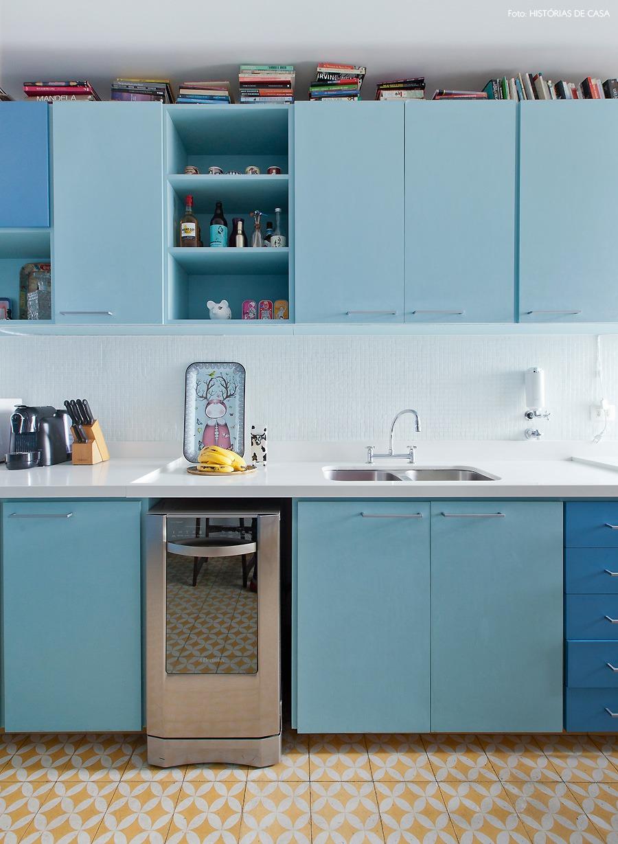 22-decoracao-cozinha-azul-piso-ladrilho