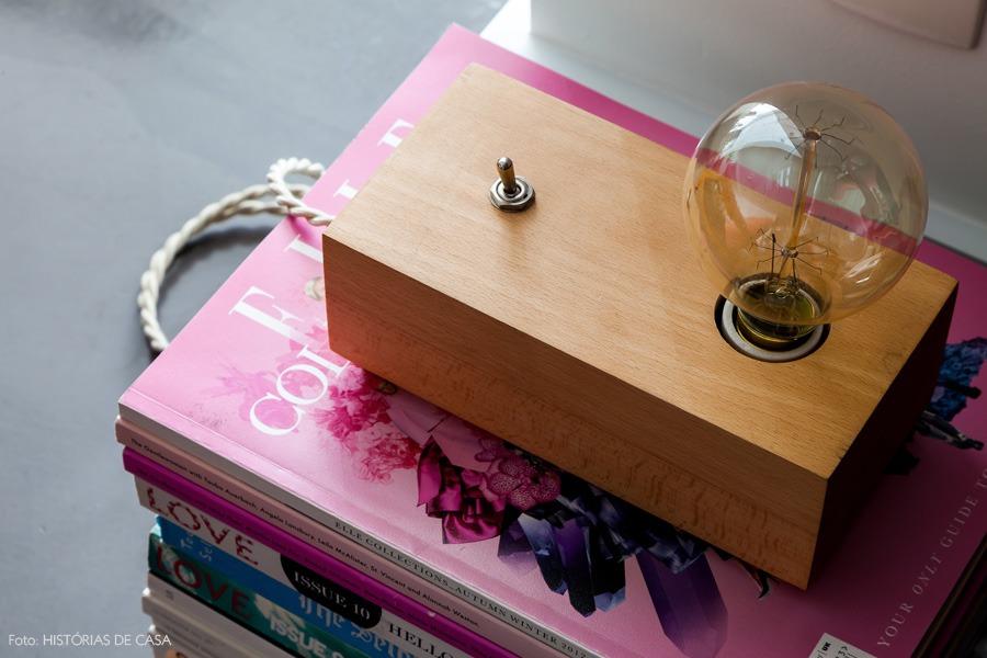 07-decoracao-livros-luminaria-madeira