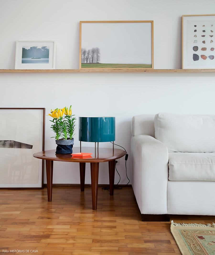 07-decoracao-sala-estar-plantas-vintage-canaleta-quadros