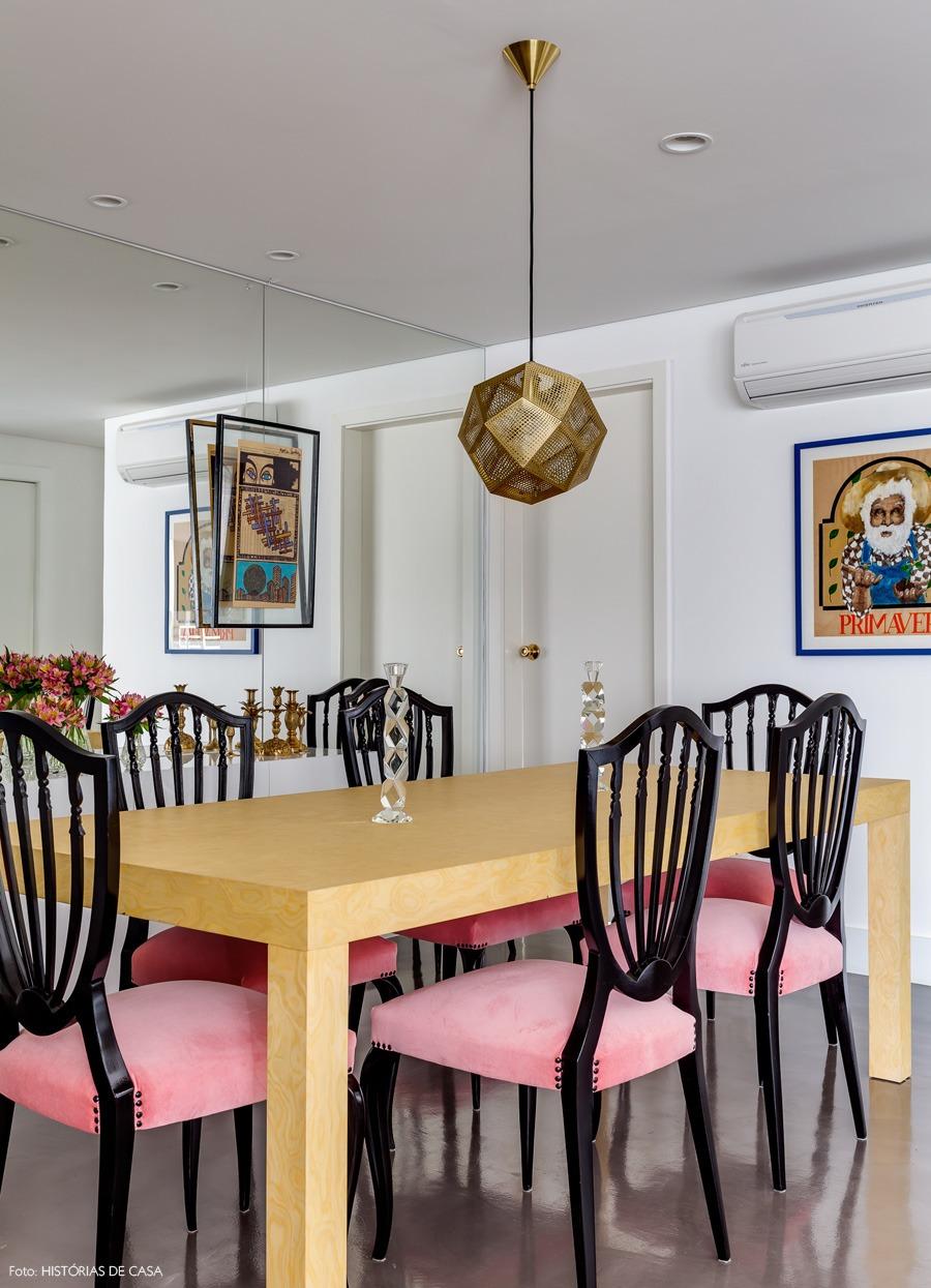 09-decoracao-sala-jantar-espelho-cadeira-rosa