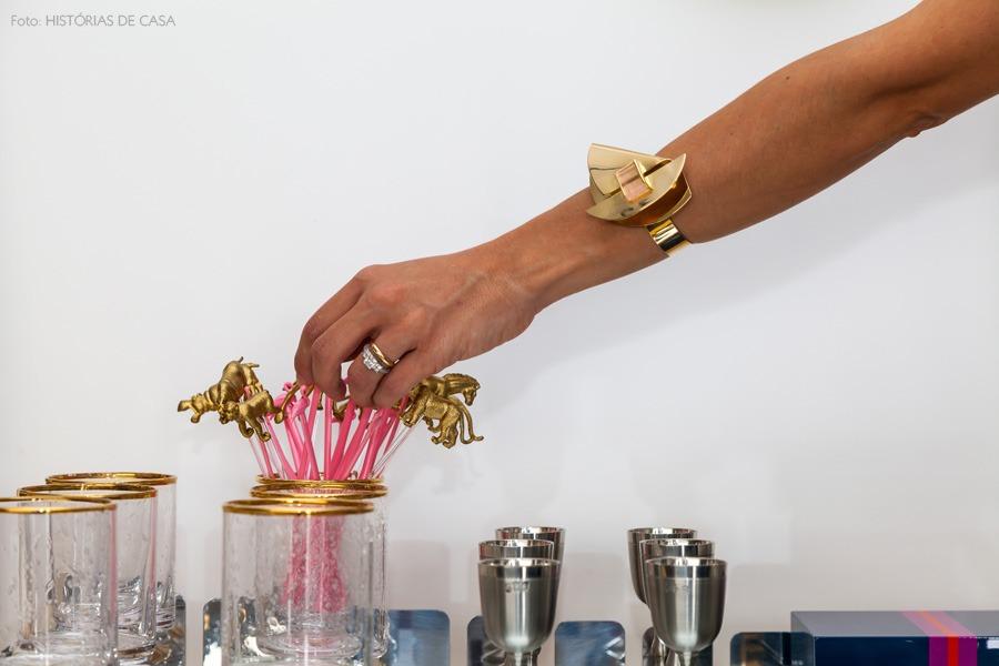 16-decoracao-bar-copos-aparador-dourado