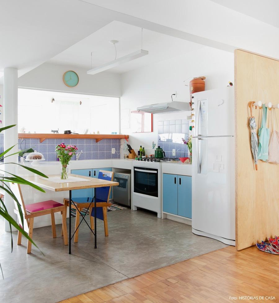 23-decoracao-cozinha-aberta-cores-azul-cimento-queimado