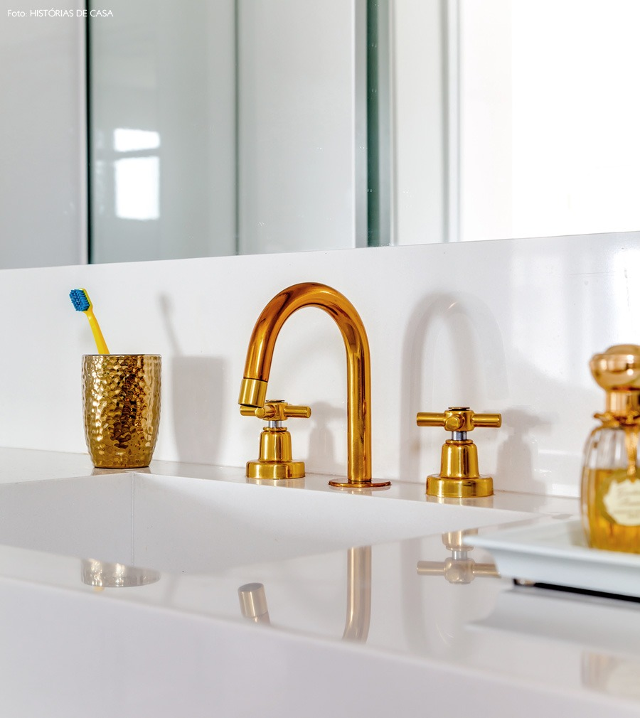 38-decoracao-banheiro-torneira-dourada