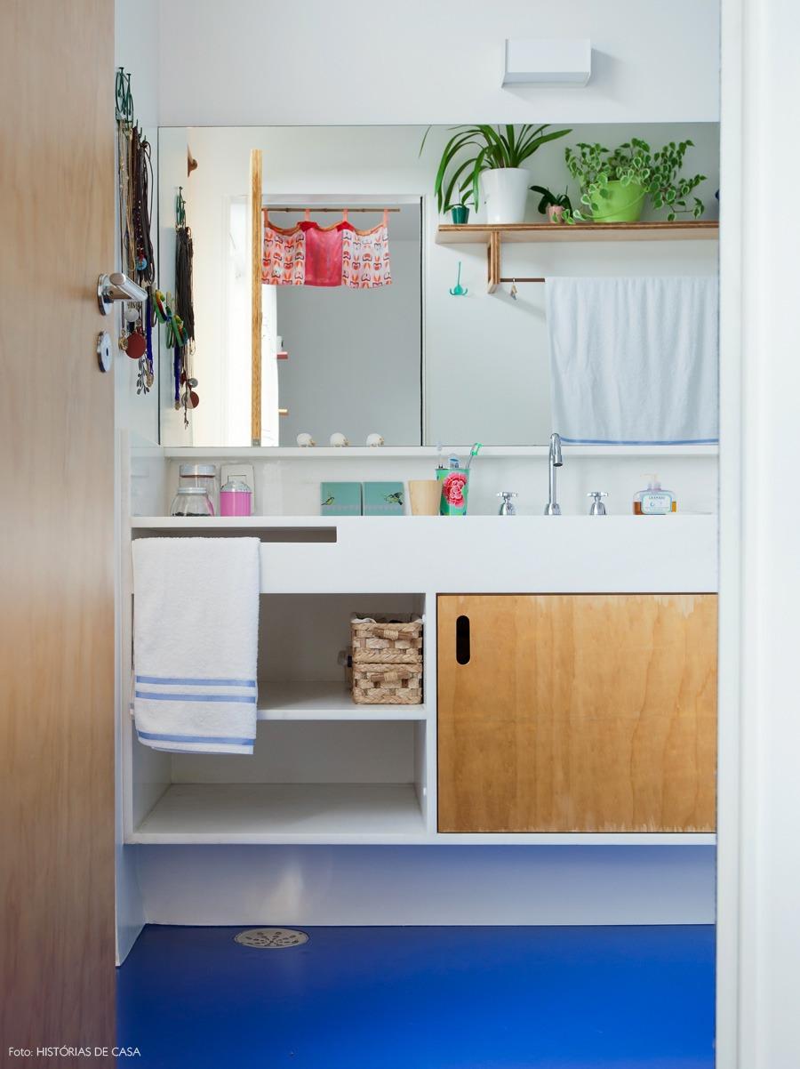 41-decoracao-banheiro-piso-epoxi-azul-plantas