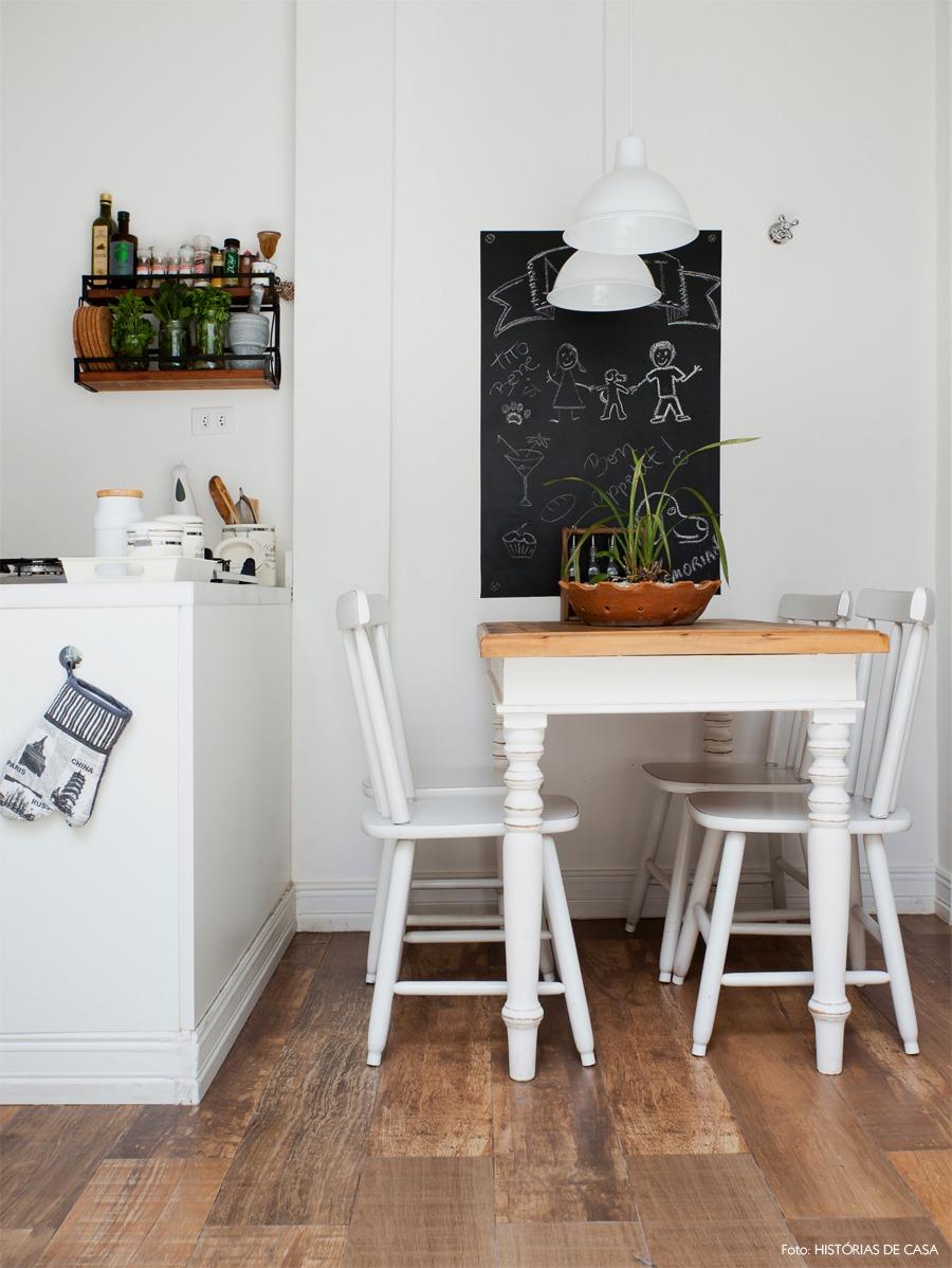 03-decoracao-cozinha-parede-lousa-branco-madeira-porcelanato