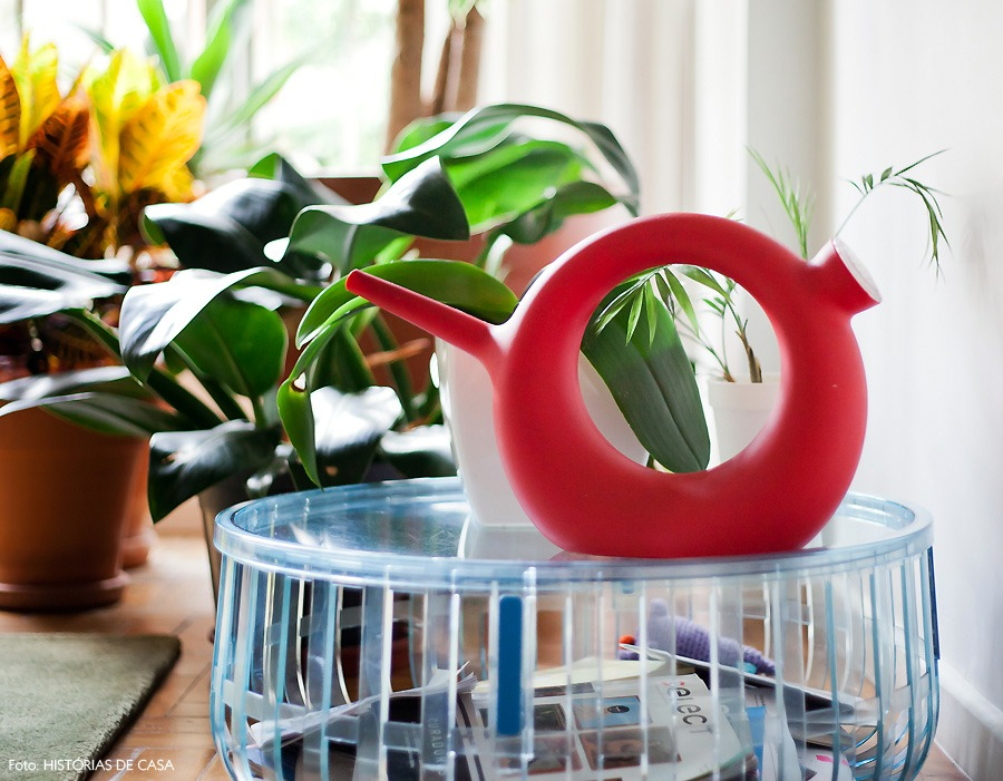 03-decoracao-regador-revistas-plantas-apartamento