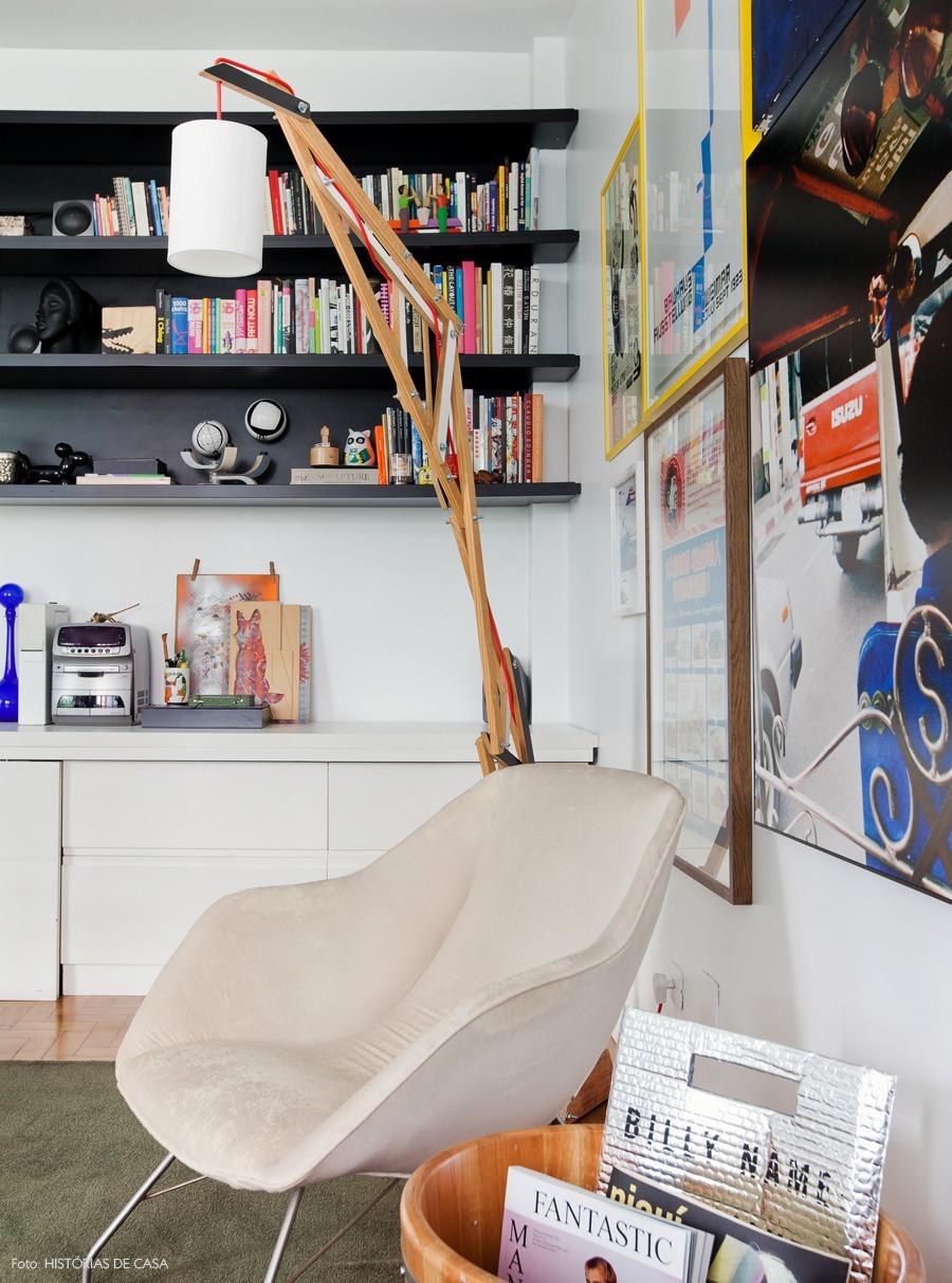 17-decoracao-sala-parede-quadros-estante-preta-livros