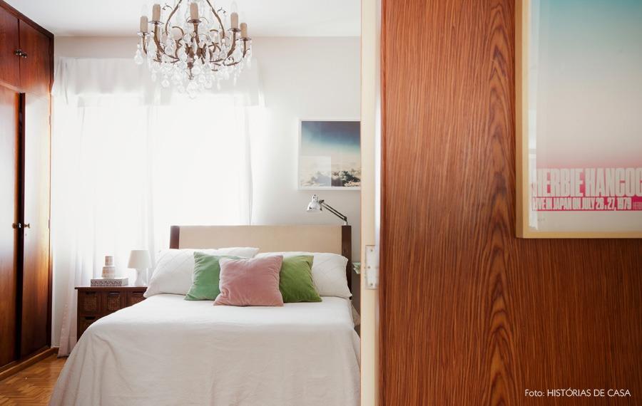 45-decoracao-quarto-madeira-paredes-lustre-classico