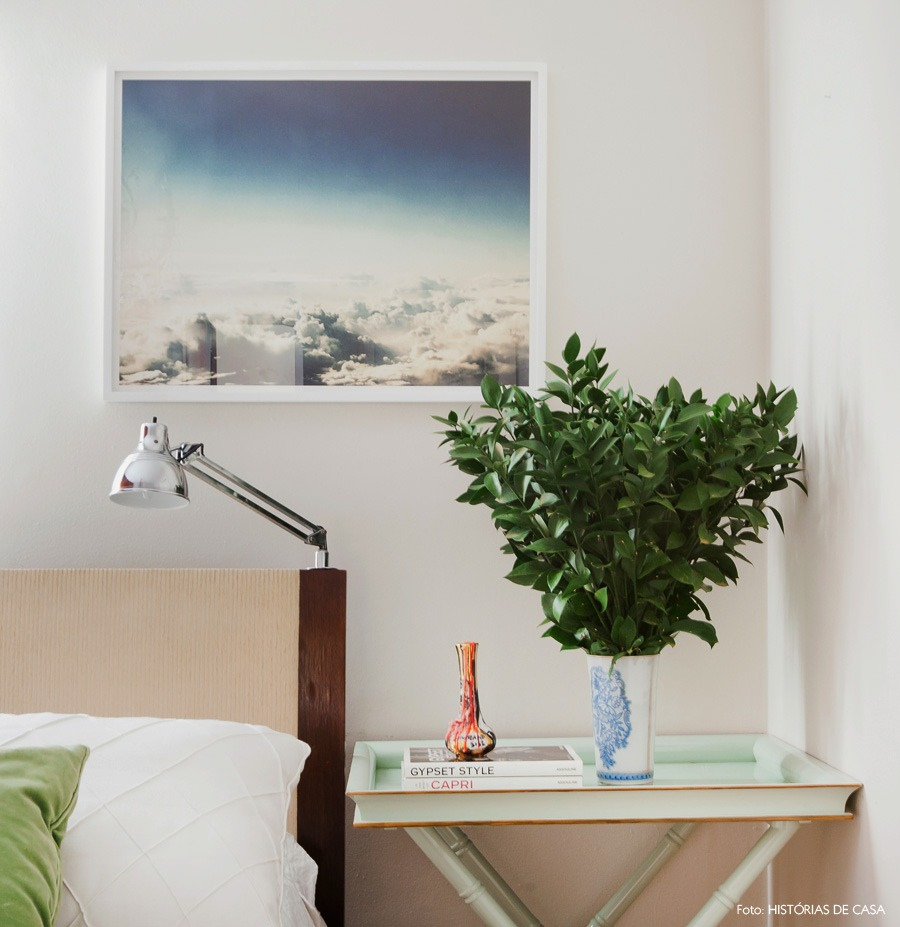 47-decoracao-quarto-madeira-paredes-lustre-classico