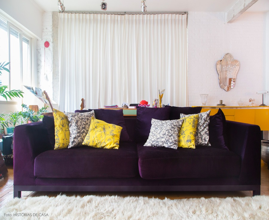 02-decoracao-sala-estar-integrada-sofa-roxo-amarelo-cortinas