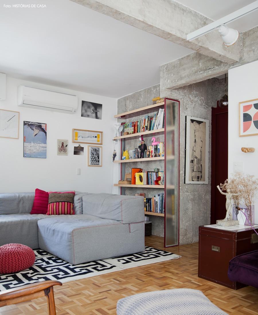 15-decoracao-sala-estar-parede-concreto-estante-arquitetura