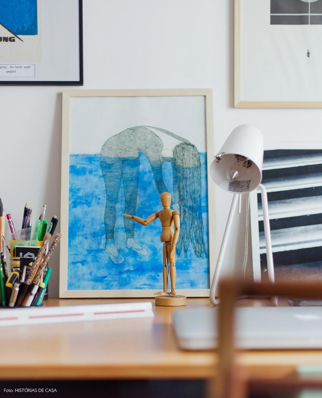 18-decoracao-sala-estar-home-office-vintage-quadros-boneco-madeira