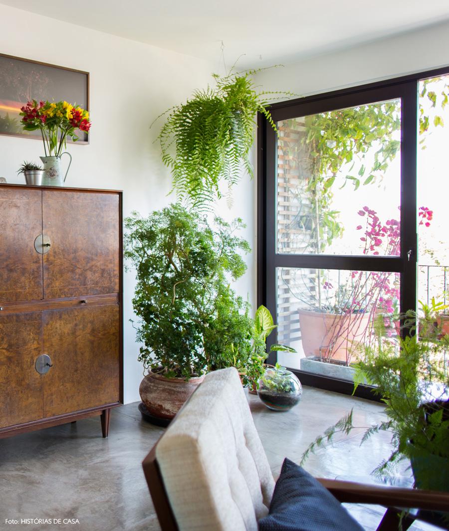 05-decoracao-sala-estar-armario-vintage-plantas-varanda