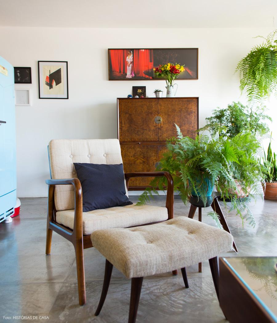 07-decoracao-sala-estar-armario-vintage-geladeira-azul-antiga