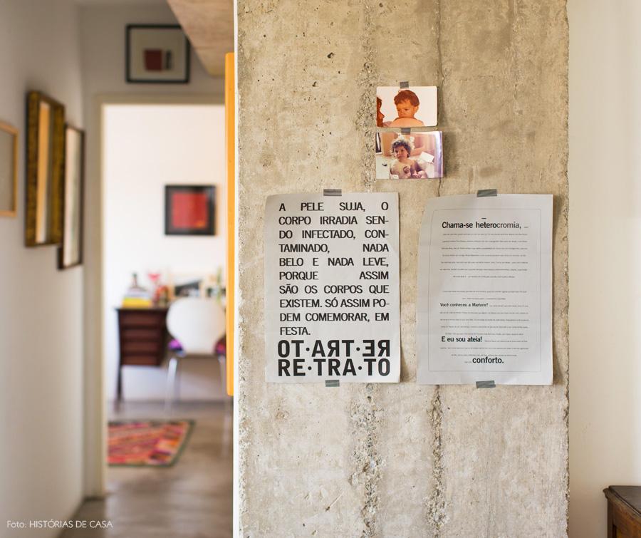 14-decoracao-corredor-parede-concreto-aparente-quadros