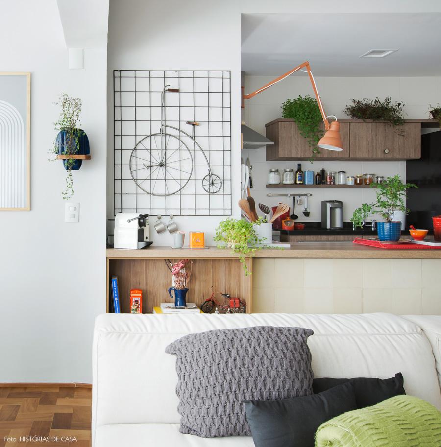 14-decoracao-sala-de-estar-integrada-cozinha-bancada-madeira