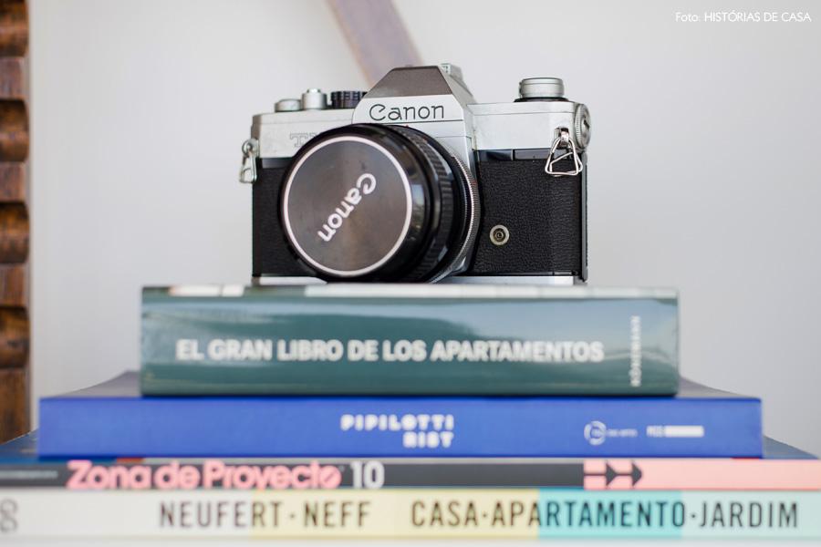 28-decoracao-estante-madeira-antiga-livros-camera-vintage