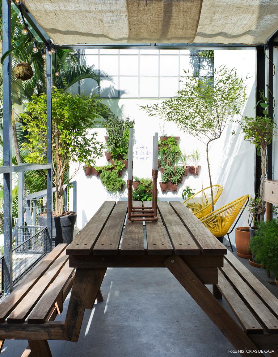 27-decoracao-terraco-quintal-mesa-madeira-pergolado-tecido
