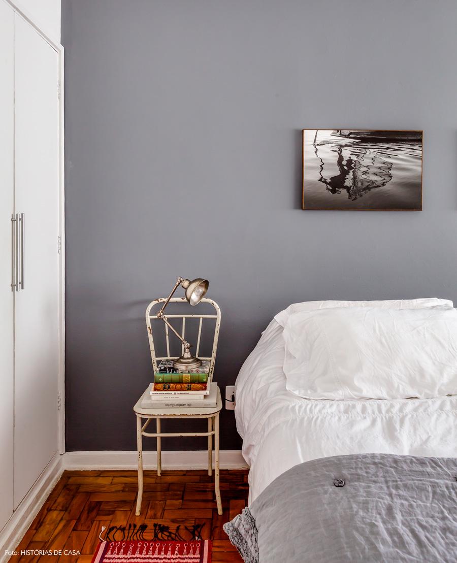 39-decoracao-quarto-parede-cinza-cadeira-criado-mudo