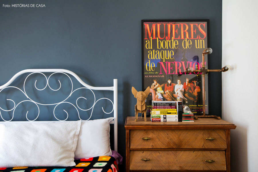 42-decoracao-quarto-parede-cinza-cama-ferro-comoda-vintage
