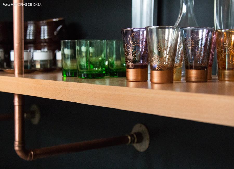 04-decoracao-cozinha-detalhe-estante-canos-cobre-copos-cores