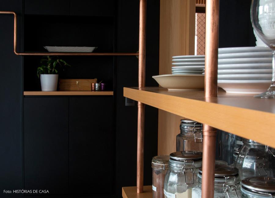 04-decoracao-cozinha-detalhe-estante-canos-cobre-madeira