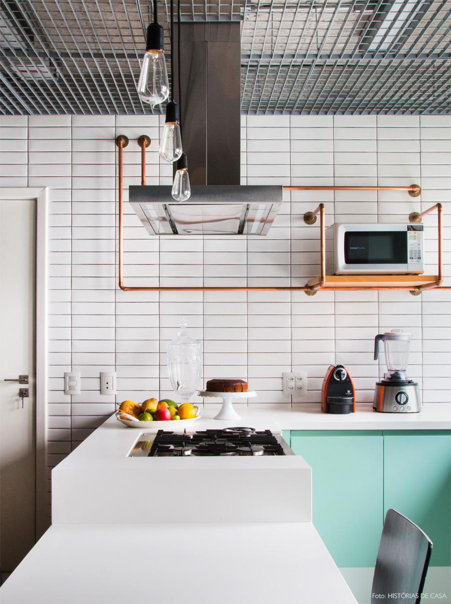 07-decoracao-cozinha-industrial-FGMF-bancada-branca-armarios-menta