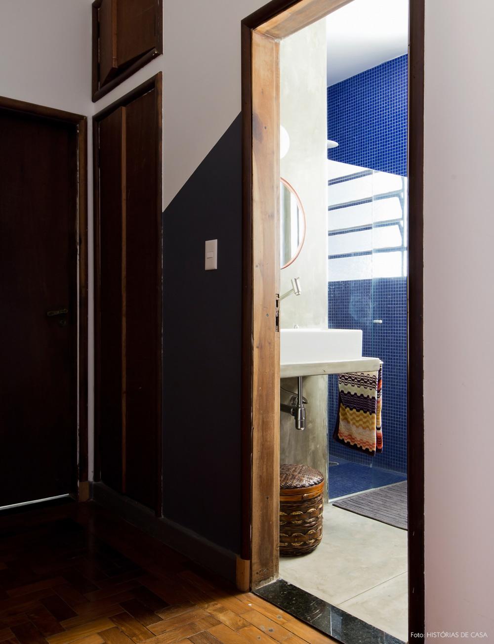 29-decoracao-banheiro-cimento-queimado-pastilha-azul