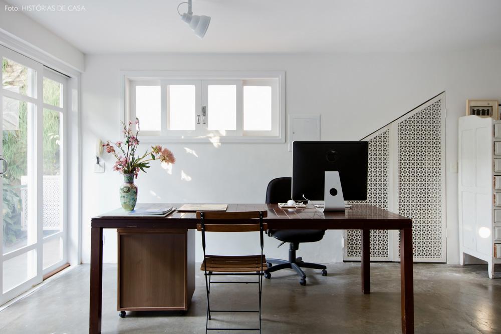 31-decoracao-atelie-calu-fontes-mesa-trabalho-piso-rustico