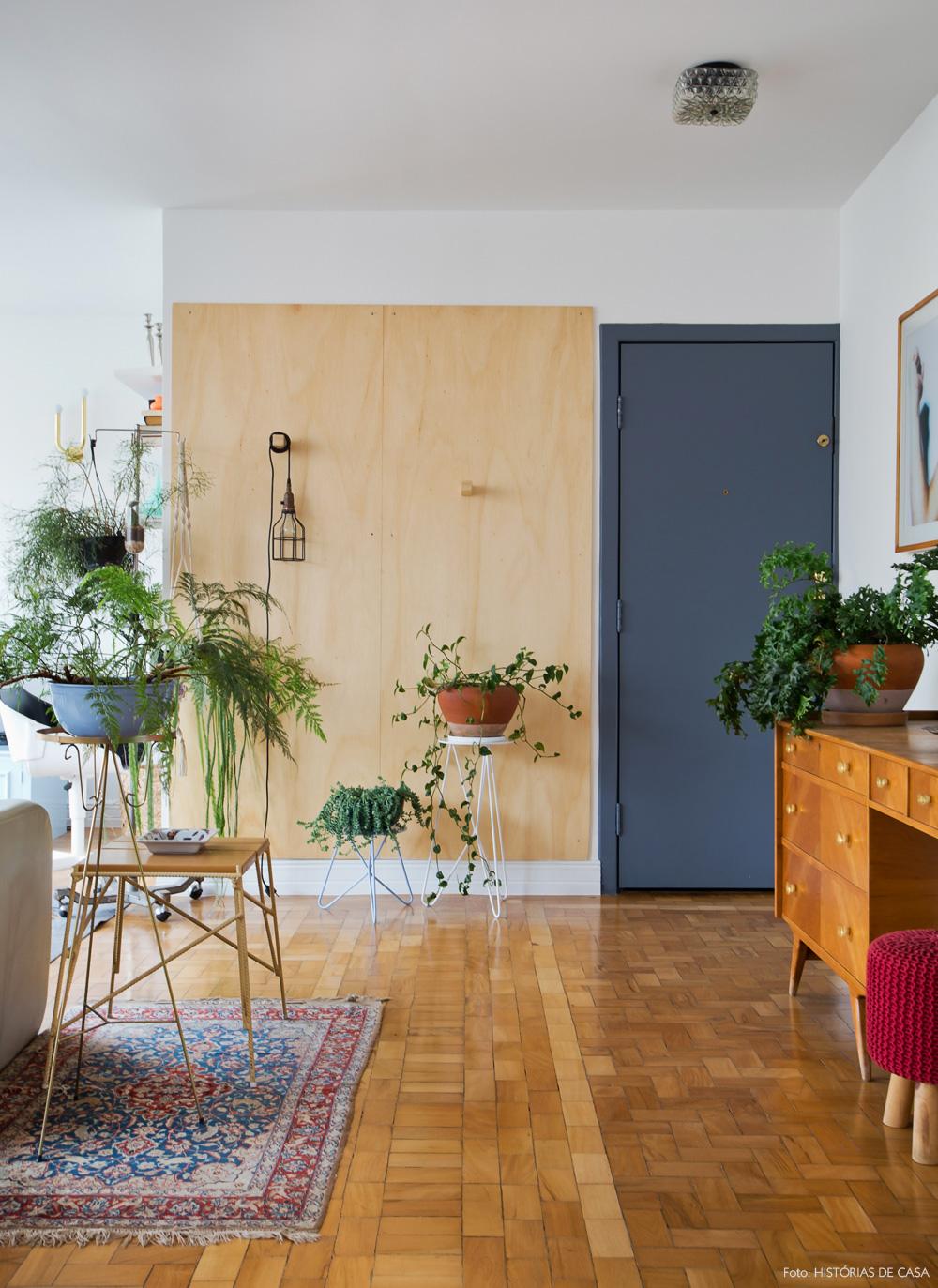 01-decoracao-apartamento-hall-entrada-vintage-painel-madeira