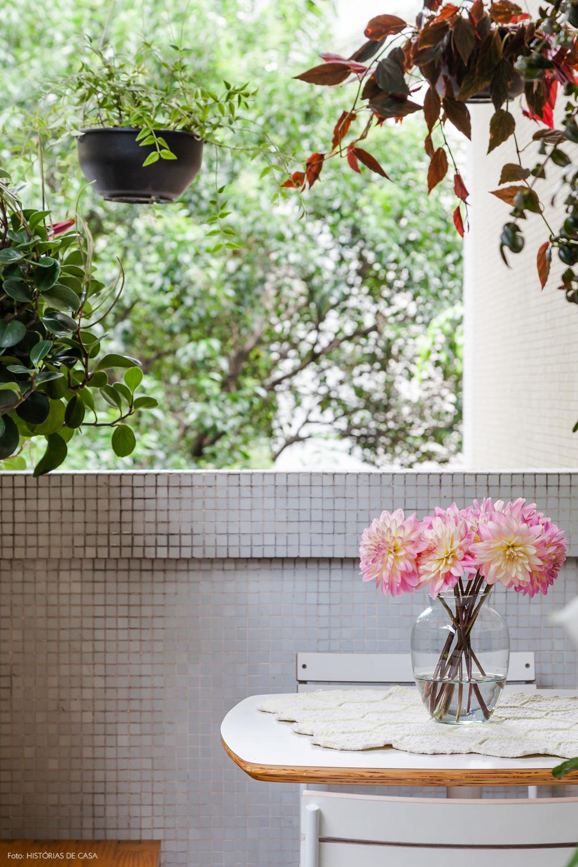 11-decoracao-apartamento-varanda-pequena-plantas-penduradas