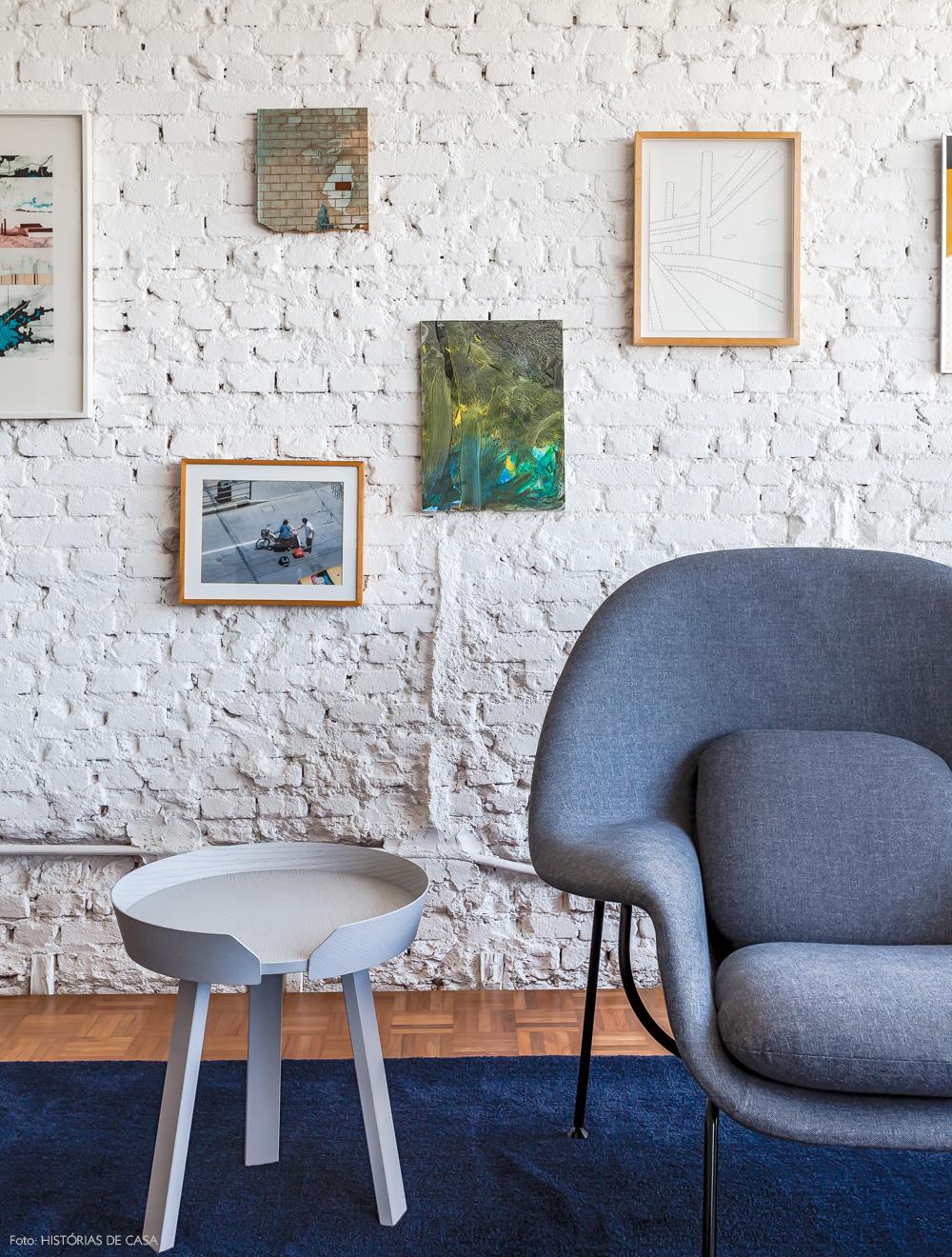 16-decoracao-parede-tijolinho-branco-textura-quadros-azul