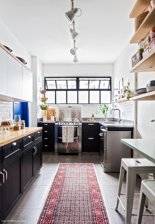 20-decoracao-cozinha-corredor-apartamento-retro-industrial