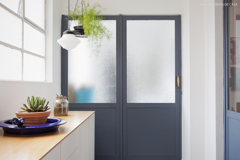 23-decoracao-corredor-lateral-portas-vidro-cinza