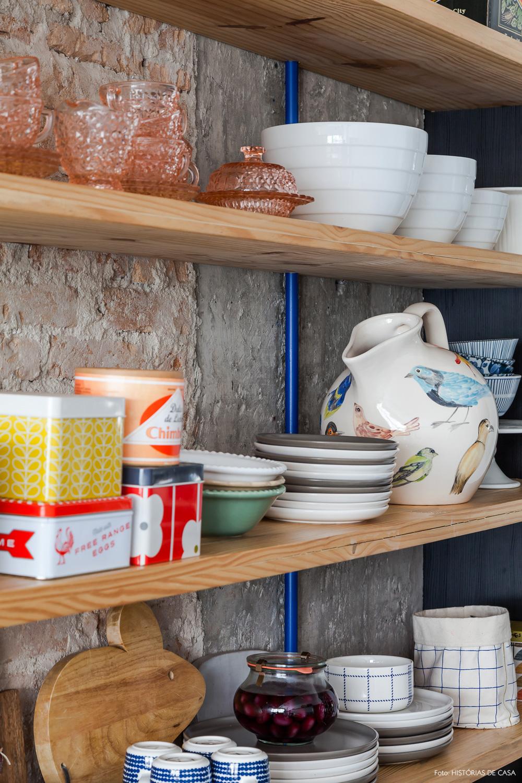 24-decoracao-cozinha-concreto-tijolinho-prateleiras-pinus-loucas