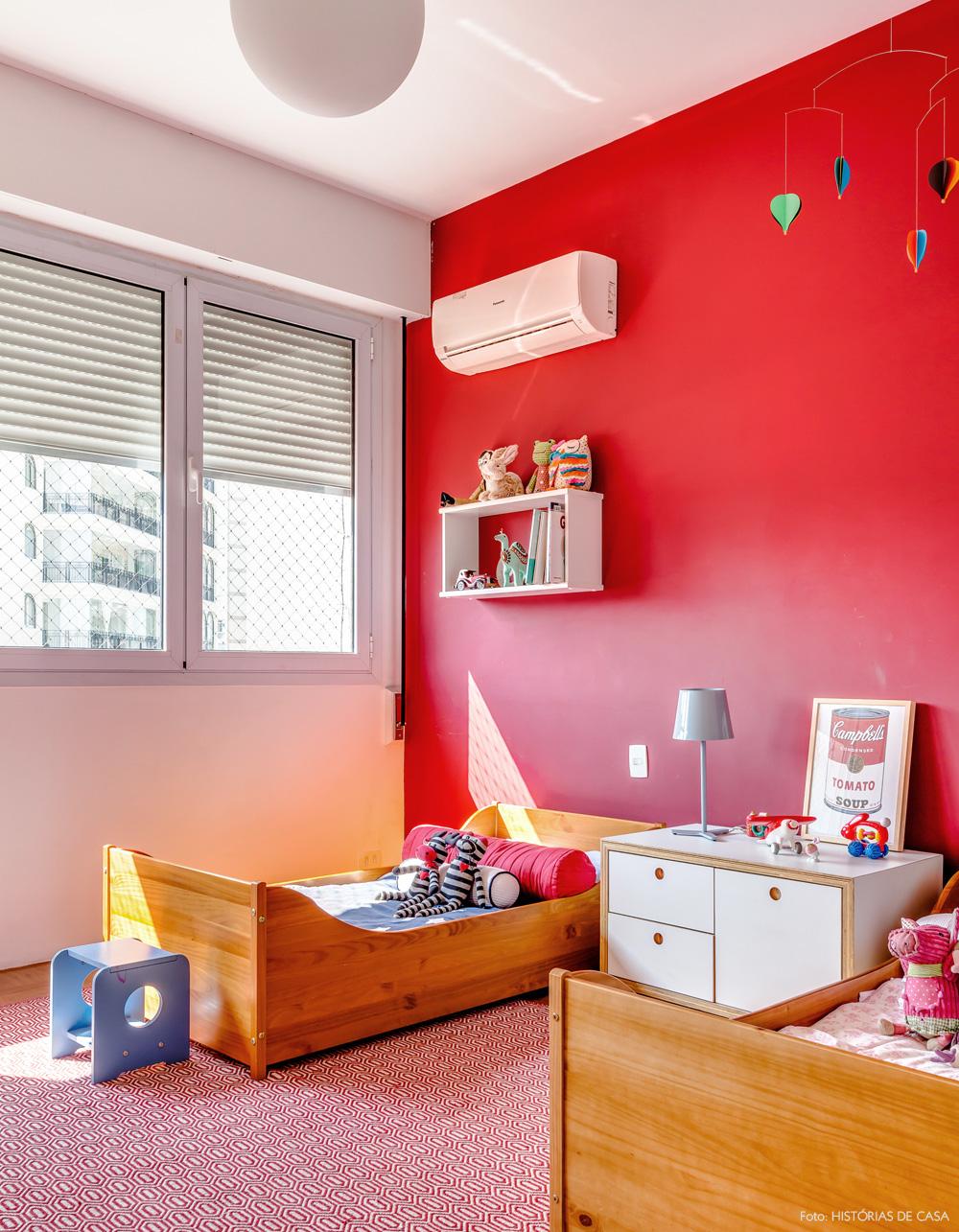 27-decoracao-quarto-crianca-irmaos-parede-vermelha