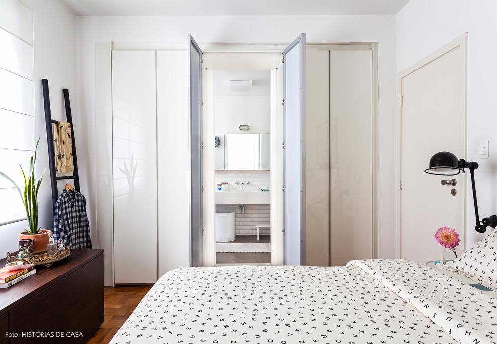 29-decoracao-quarto-branco-integracao-banheiro-camuflado-guarda-roupa