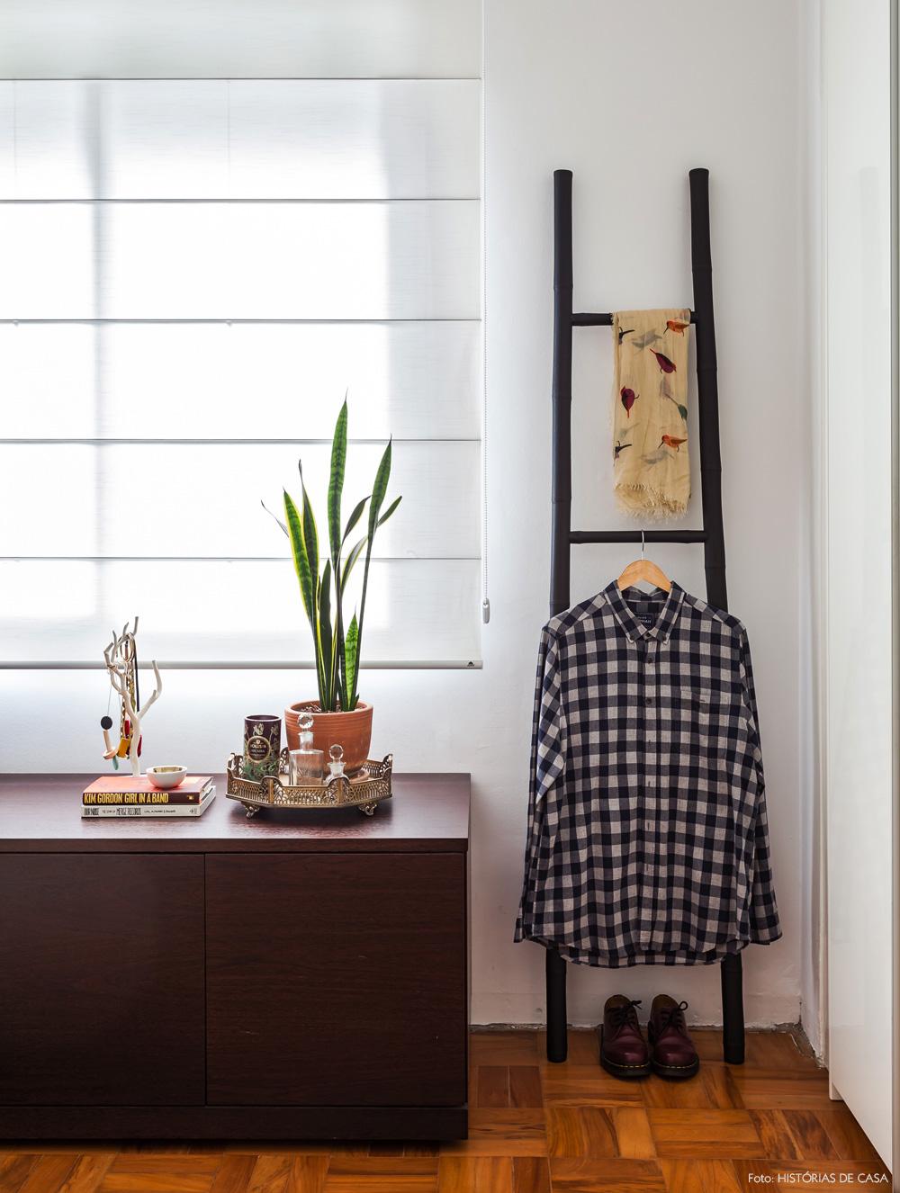 30-decoracao-quarto-movel-sob-janela-cabideiro-escada