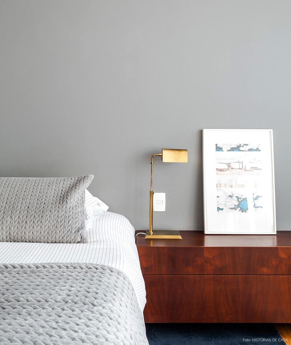 32-decoracao-quarto-amplo-parede-cinza-luminaria-dourada