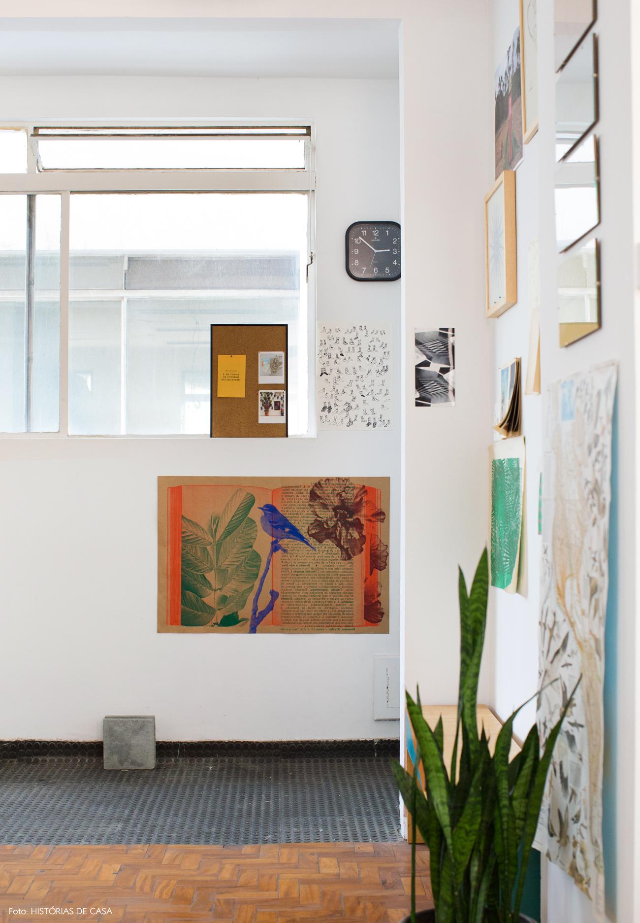 01-decoracao-espaco-trabalho-posters-colados-parede