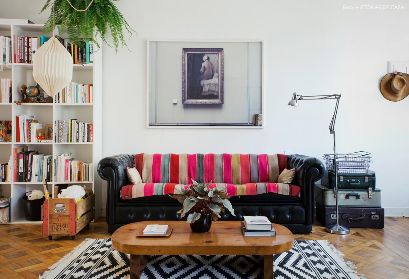 05-decoracao-sala-estar-sofa-couro-preto-samambaia