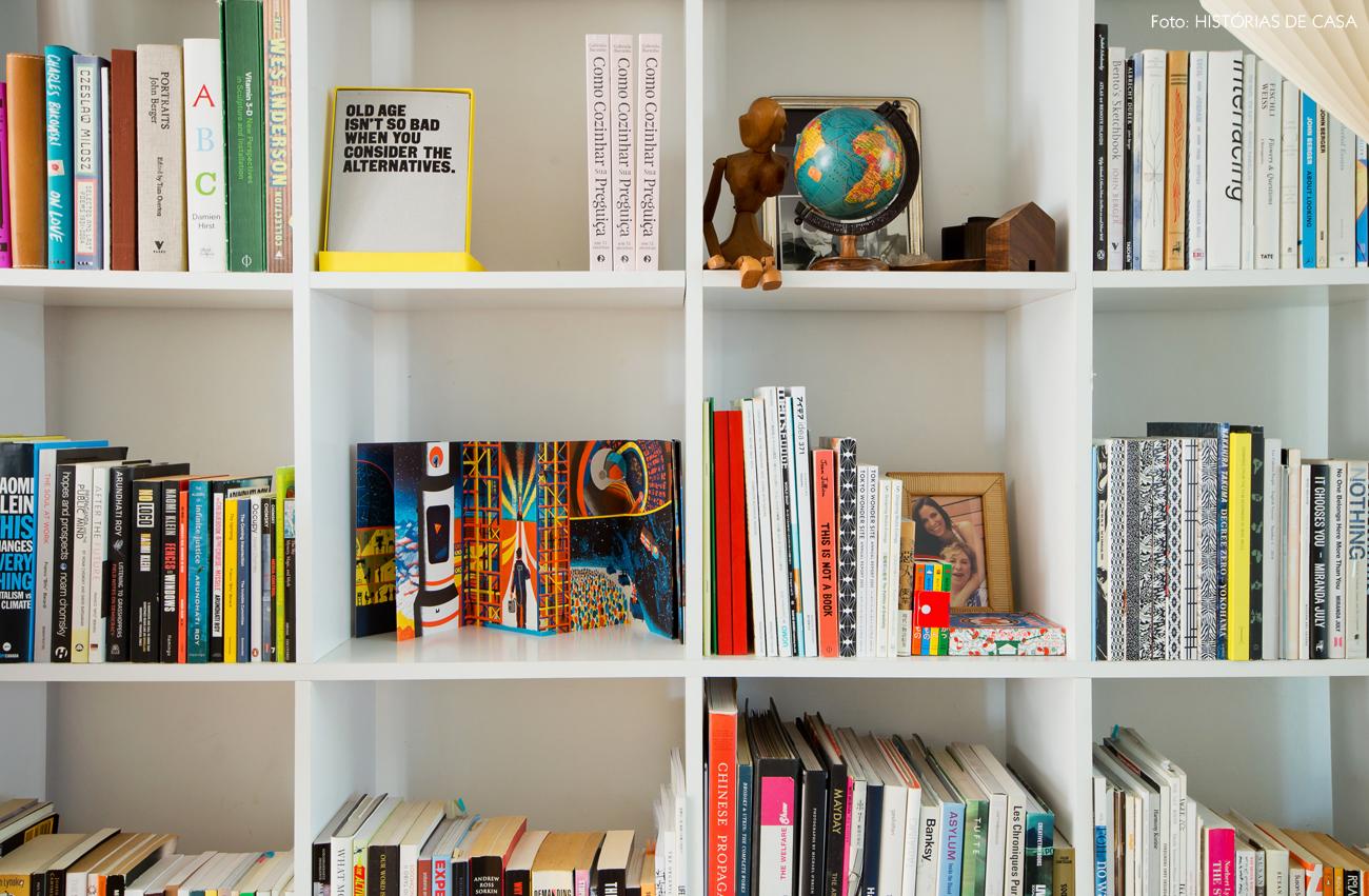 08-decoracao-sala-estar-estante-nichos-brancos-livros-coloridos