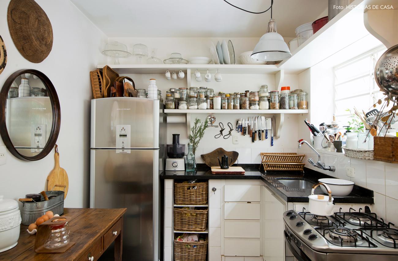 21-decoracao-casa-de-vila-cozinha-antiga-prateleiras-abertas