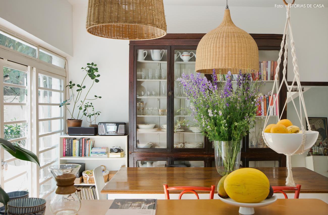 23-decoracao-casa-de-vila-sala-jantar-cristaleira-vintage