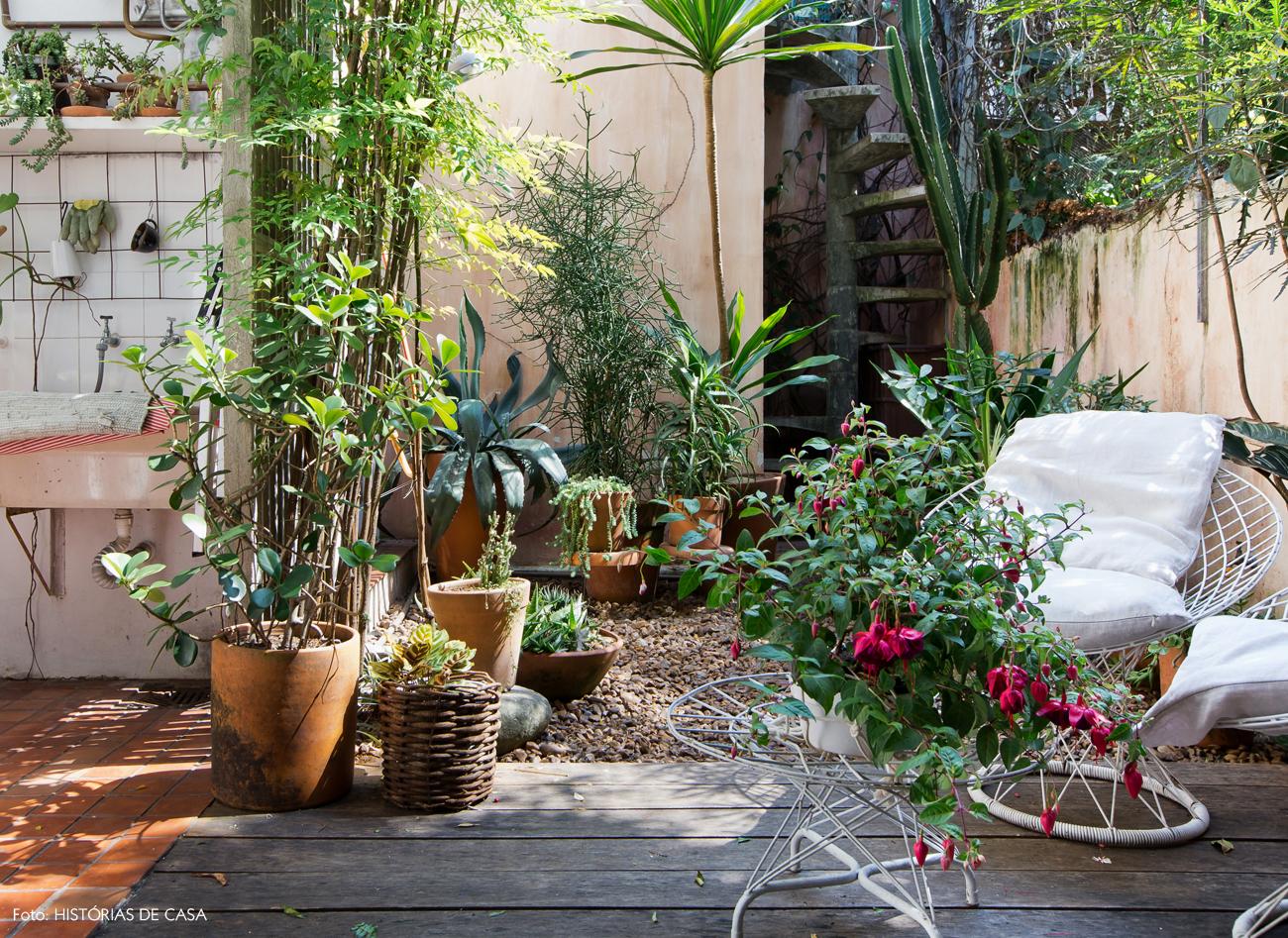 24-decoracao-area-externa-jardim-dos-fundos-deck-seixos
