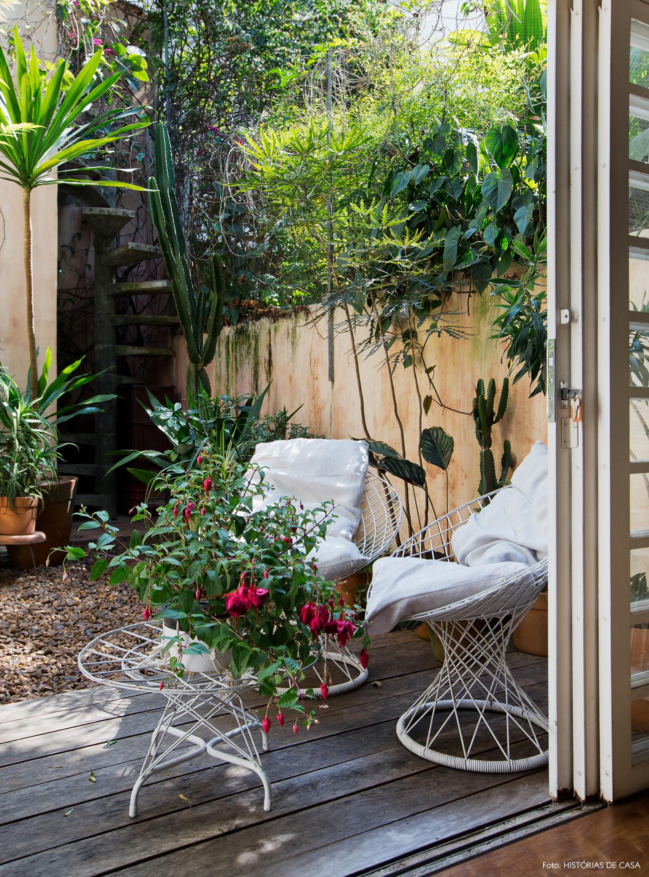 26-decoracao-area-externa-jardim-deck-poltrona-ferro