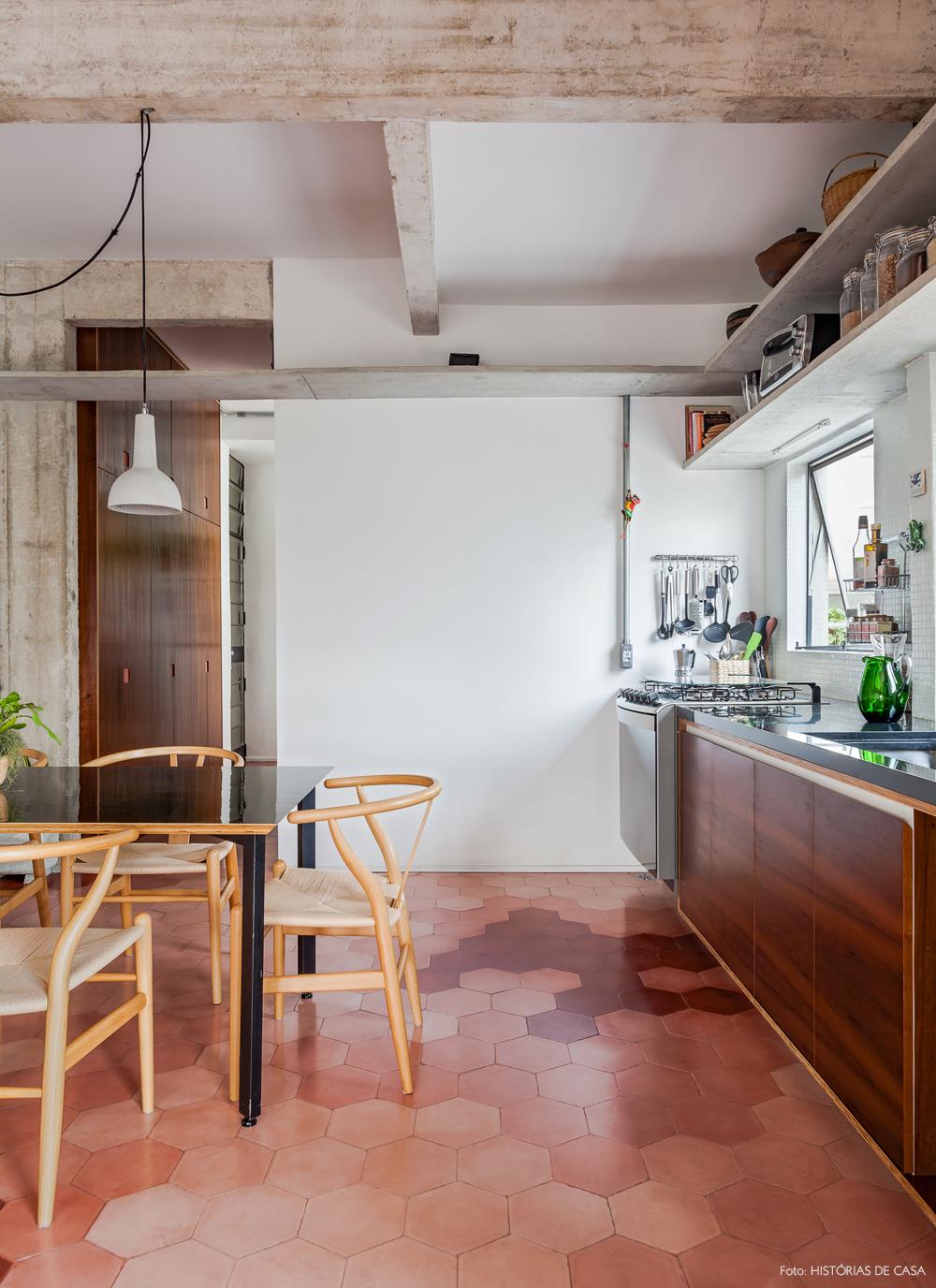 27-decoracao-apartamento-sala-jantar-piso-ladrilho-hidraulico-rosa