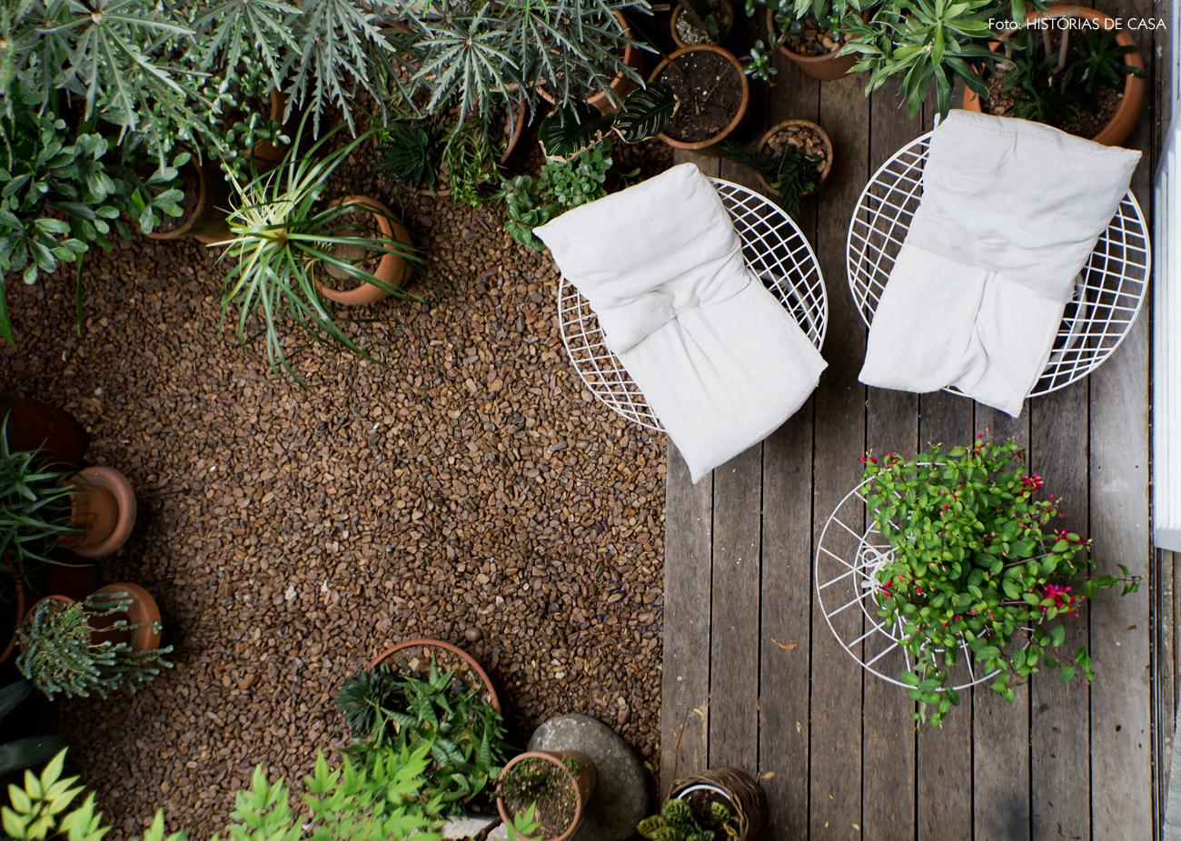27-decoracao-area-externa-jardim-deck-poltronas-ferro-brancas